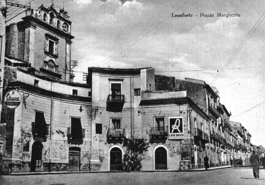 """<a href=""""https://www.comune.leonforte.en.it/guida-ragionata/collegio-di-maria/""""><a href=""""https://www.comune.leonforte.en.it/ufficio-eventi/guida-ragionata/percorsi-turistici/itinerario-zona-centrale/piazza-margherita/"""">Piazza Margherita</a></a>"""